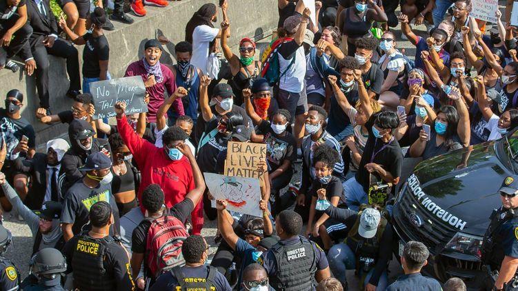 Активисты движения Black Lives Matter попали на видео, когда избивали белого парня