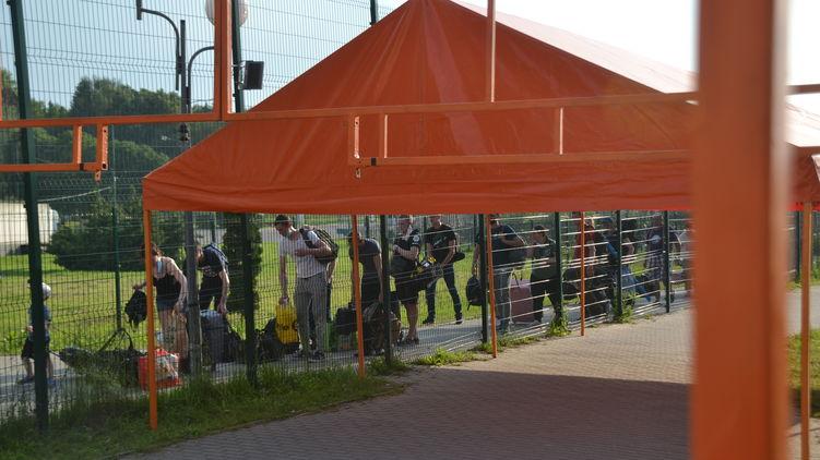 На границе Украины и Польши спасатели поставили палатки для заробитчан