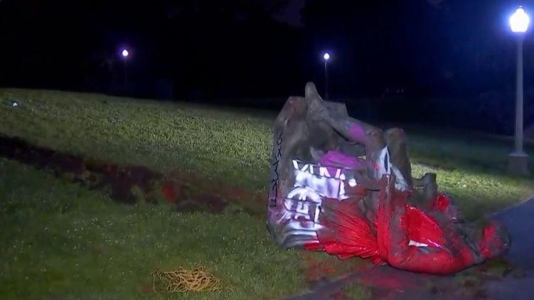 Протестующие в США снесли памятник автору гимна и 18 президенту