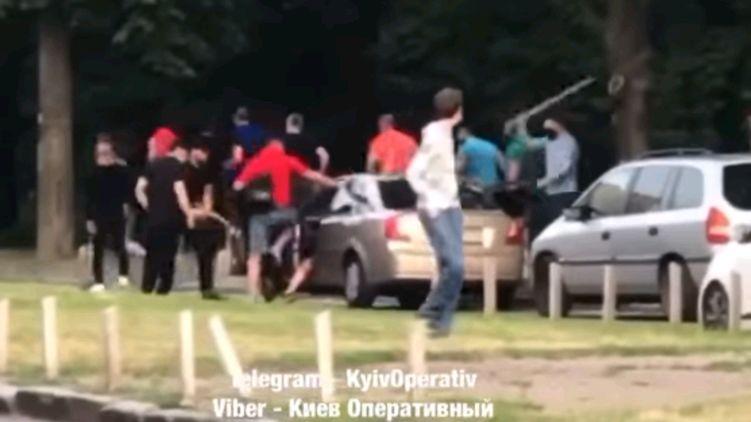 В Киеве толпа напала на автомобиль.