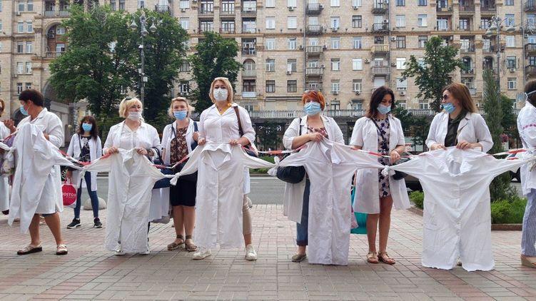 В Киеве акция протеста врачей, которые лишились зарплат из-за медреформы
