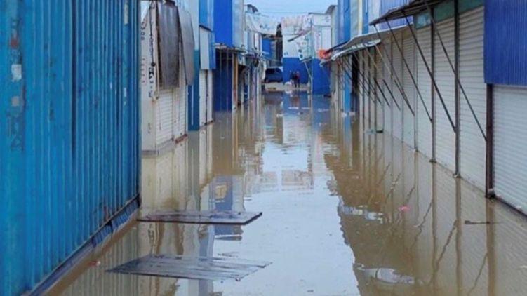 Паводки: в Черновцах подтоплена территория рынков
