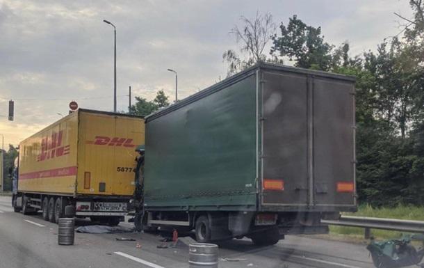 На светофоре под Киевом столкнулись два грузовика, водитель погиб