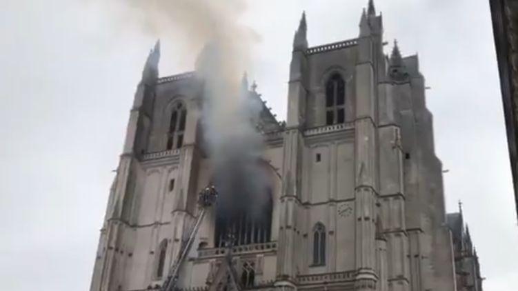 Во Франции загорелся знаменитый собор Святых Петра и Павла