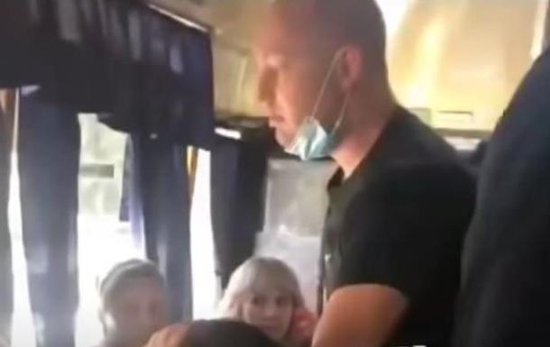 В Днепре пассажиры маршрутки избили девушку, разорвав одежду
