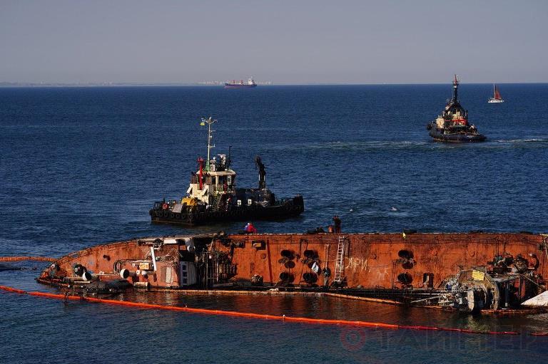 Глава Одесского ОГА признал провал операции по подъему танкера