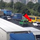 В Киеве на Северном мосту у маршрутки поломалась ось и вылетели колеса