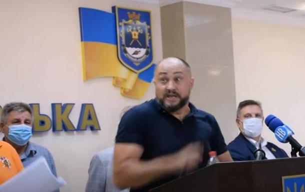 В Николаеве Нацкорпус забросали яйцами депутатов городского и областного советов.