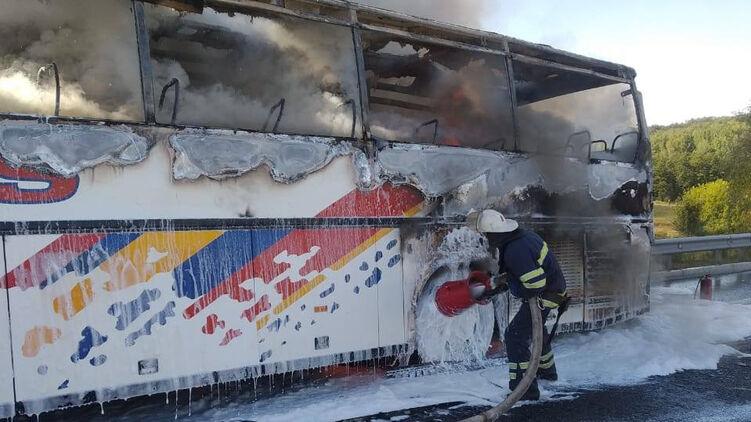 В Киевской области на трассе сгорел автобус