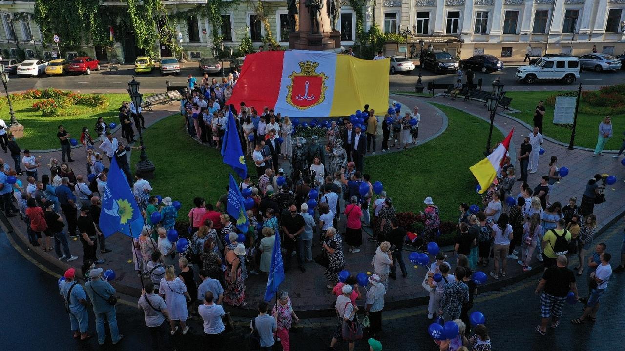 ОПЗЖ развернуло огромный флаг Одессы на Потемкинской лестнице