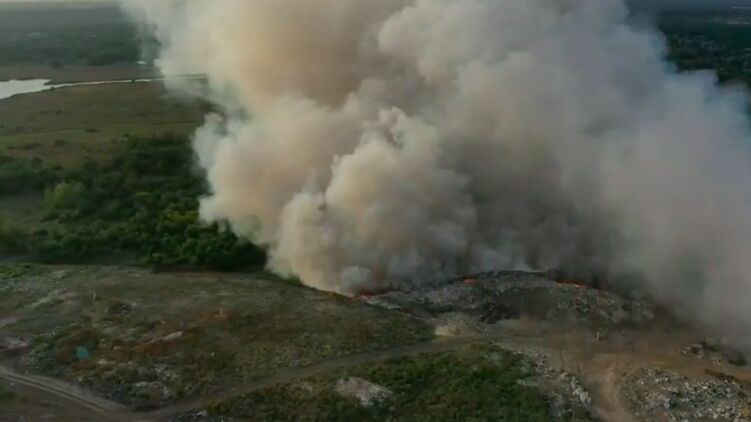 На Полтавской городской свалке бушует пожар