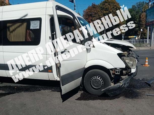 В Днепре произошло ДТП с маршруткой и такси