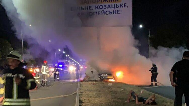 В Запорожье BMW с иностранными - студентами врезались в рекламный щит и загорелись