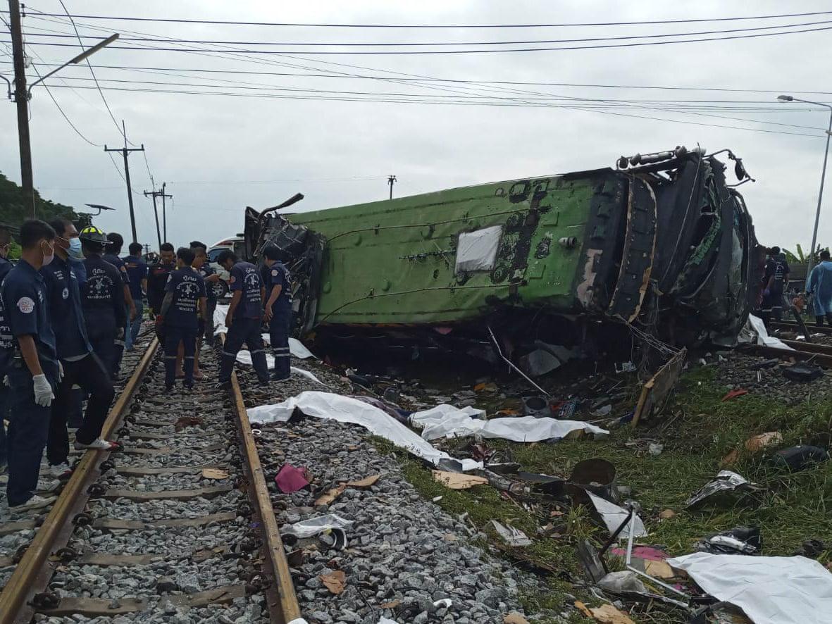 Таиланде произошло жуткое ДТП: поезд  протаранил автобус