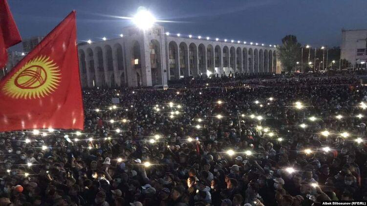 В Киргизии Тысячи несогласных с результатами парламентских выборов выпустили экс-президента и заявили о создании Координационного совета