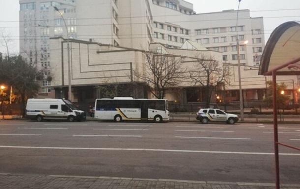 Полицейские взяли под охрану здание Конституционного Суда в Киеве