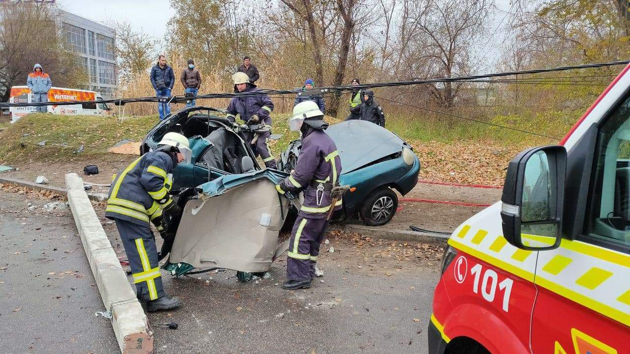 Смертельное ДТП в Запорожье: водитель скончался на месте (ФОТО)