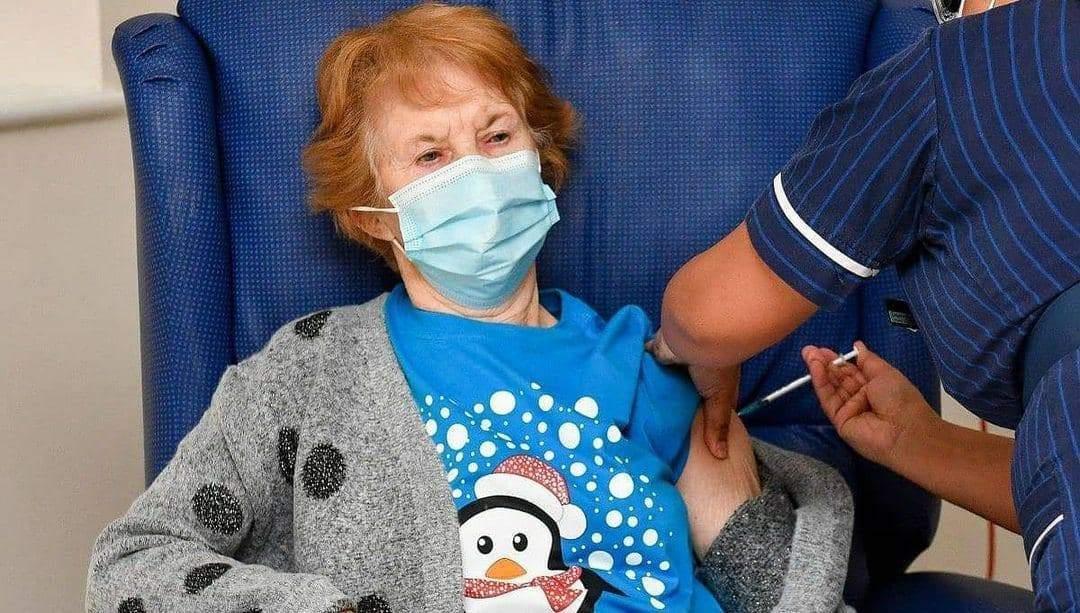 В Великобритании 90-летняя женщина первая в мире вакцинировалась от COVID-19