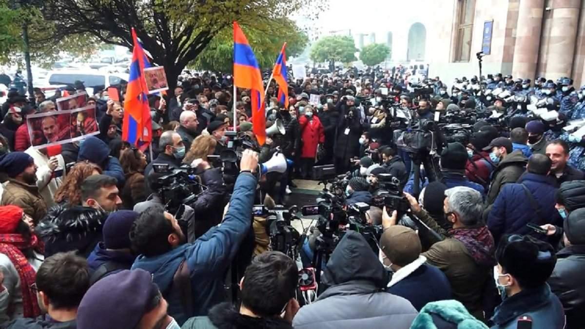 В Ереване не стихают протесты за отставку Пашиняна (ВИДЕО)