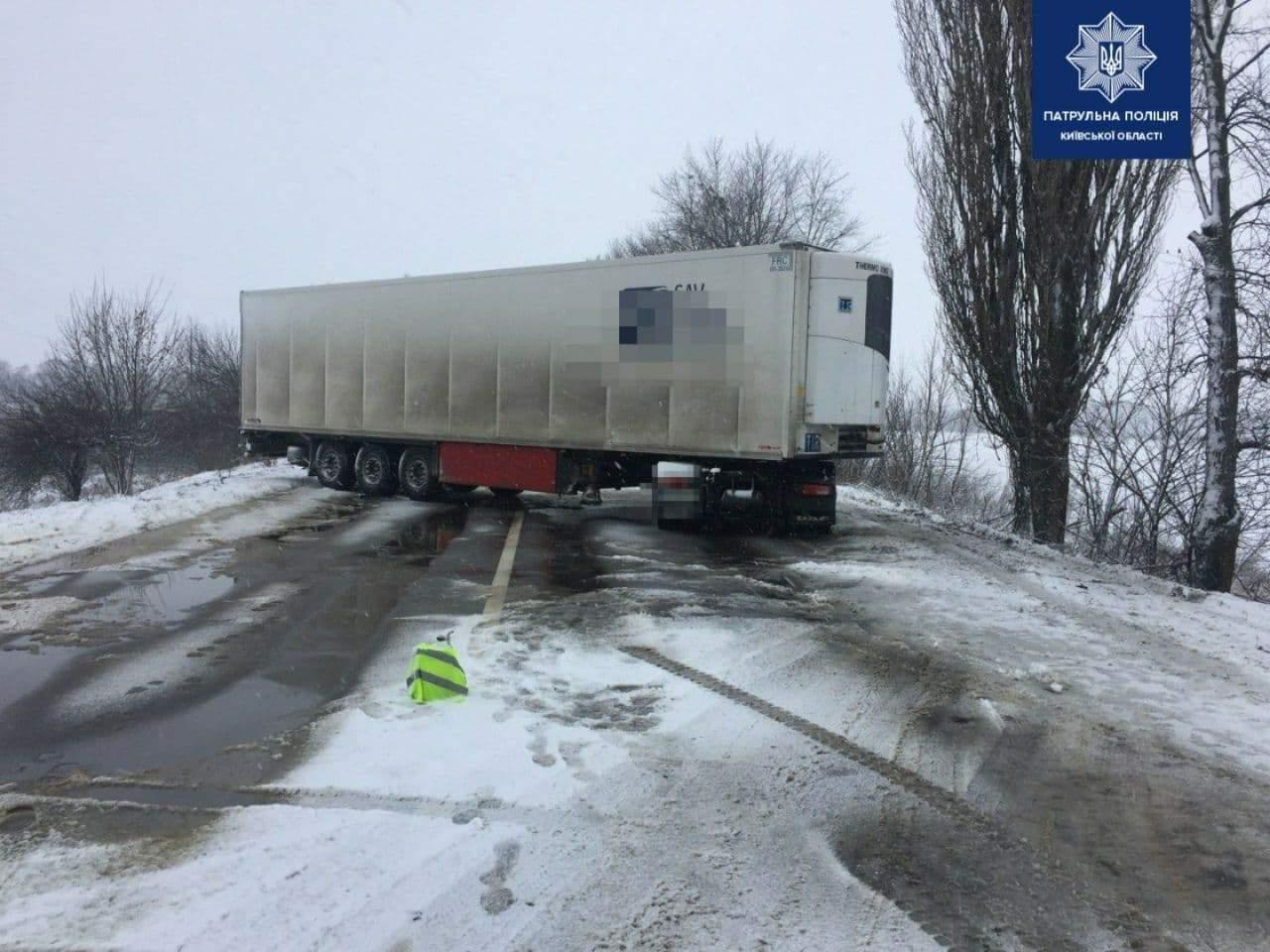 На Киевщине произошло ДТП: движение на автодороге Н-08 заблокировано (ФОТО)