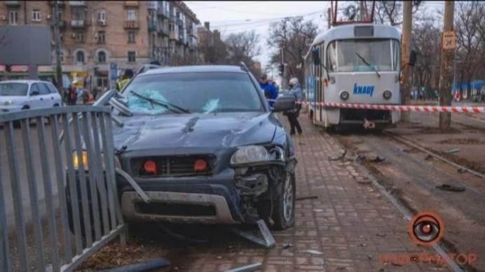 ДТП в Днепре: водитель Volvo влетел в остановку и сбил женщину (ВИДЕО)