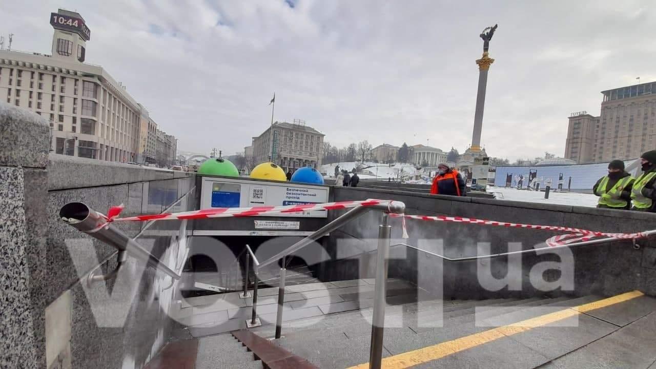 В столичном подземном переходе обрушилась крыша (ФОТО)