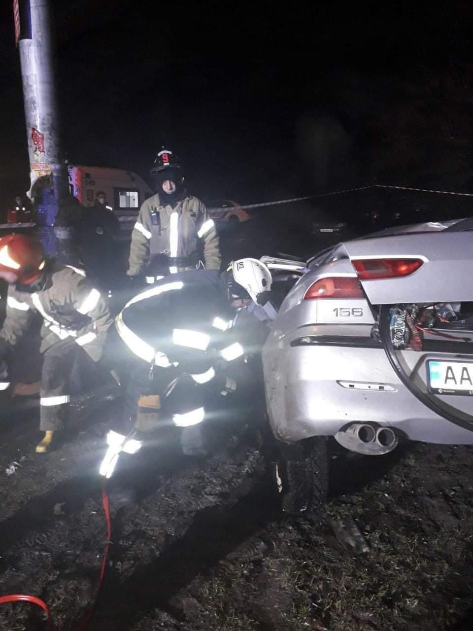 Авария в Киеве: авто врезалось в столб - водитель госпитализирован