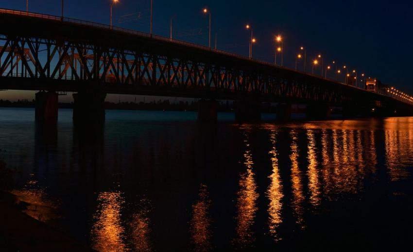 В Днепре женщина хотела спрыгнуть с моста: таксисту удалось ее остановить (ВИДЕО)