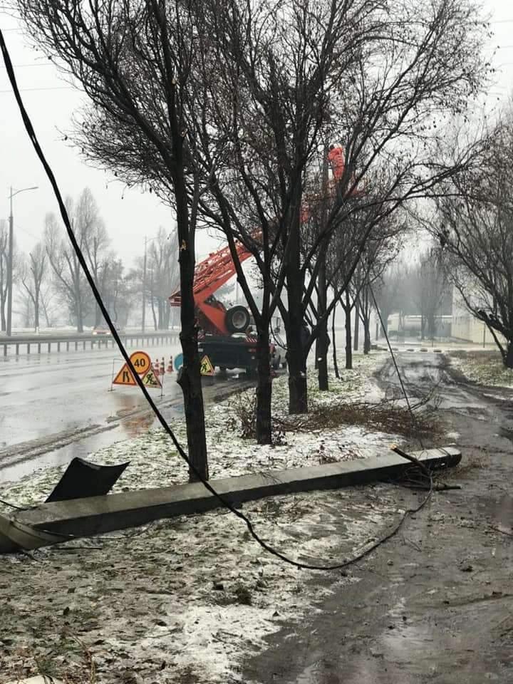 ДТП в Днепре: водитель не справился с управлением и врезался в столб (ФОТО)