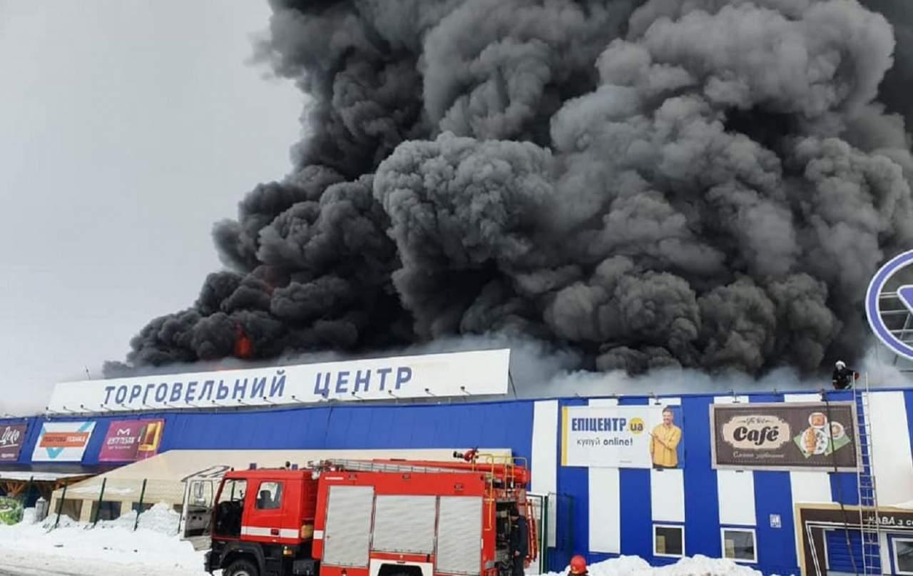 На Николаевщине горит ТЦ