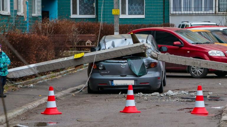 В Днепре столб обрушился на автомобиль: никто не пострадал