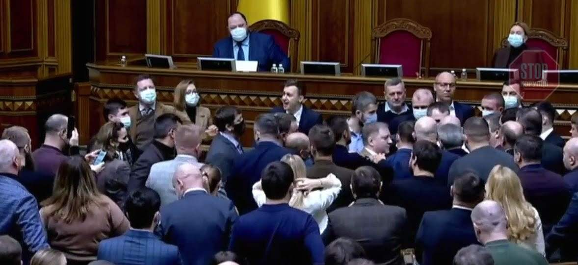 В Раде подрались нардепы из-за требования Лозинского закрыть и другие