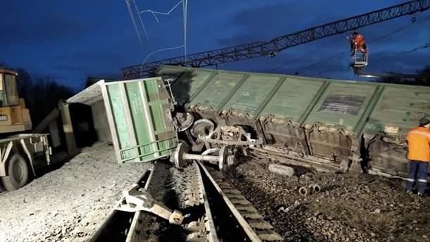 Авария под Днепром: вагоны поезда сошли с рельсов (ФОТО)
