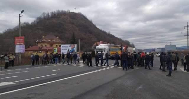 Протест на Закарпатье: Жители перекрыли дорогу Свалява-Долгое (ВИДЕО)