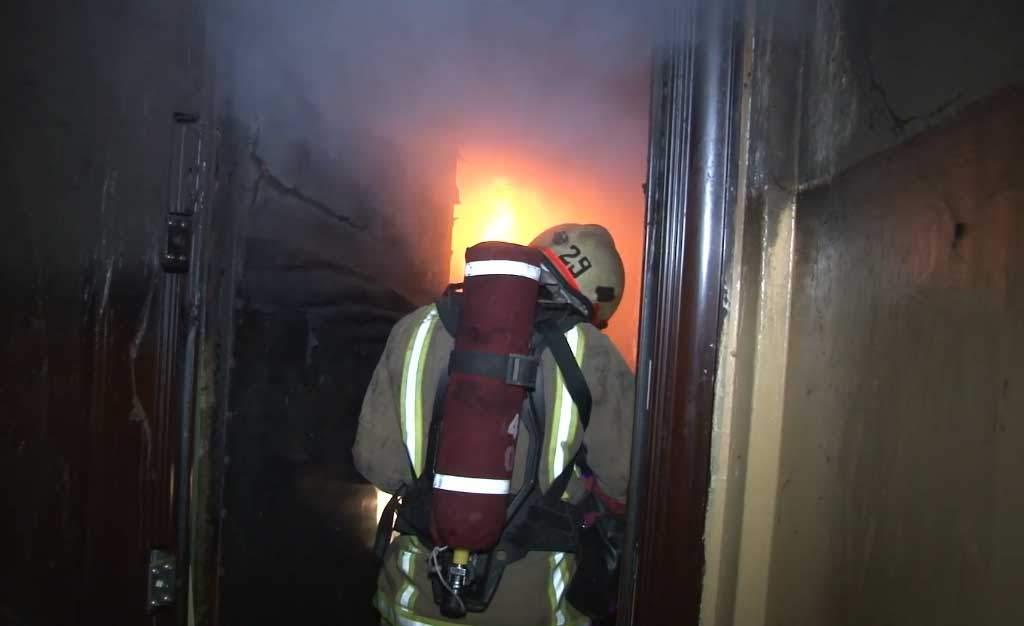 Во Львове случился пожар в квартире: есть жертва и пострадавшие (ВИДЕО)
