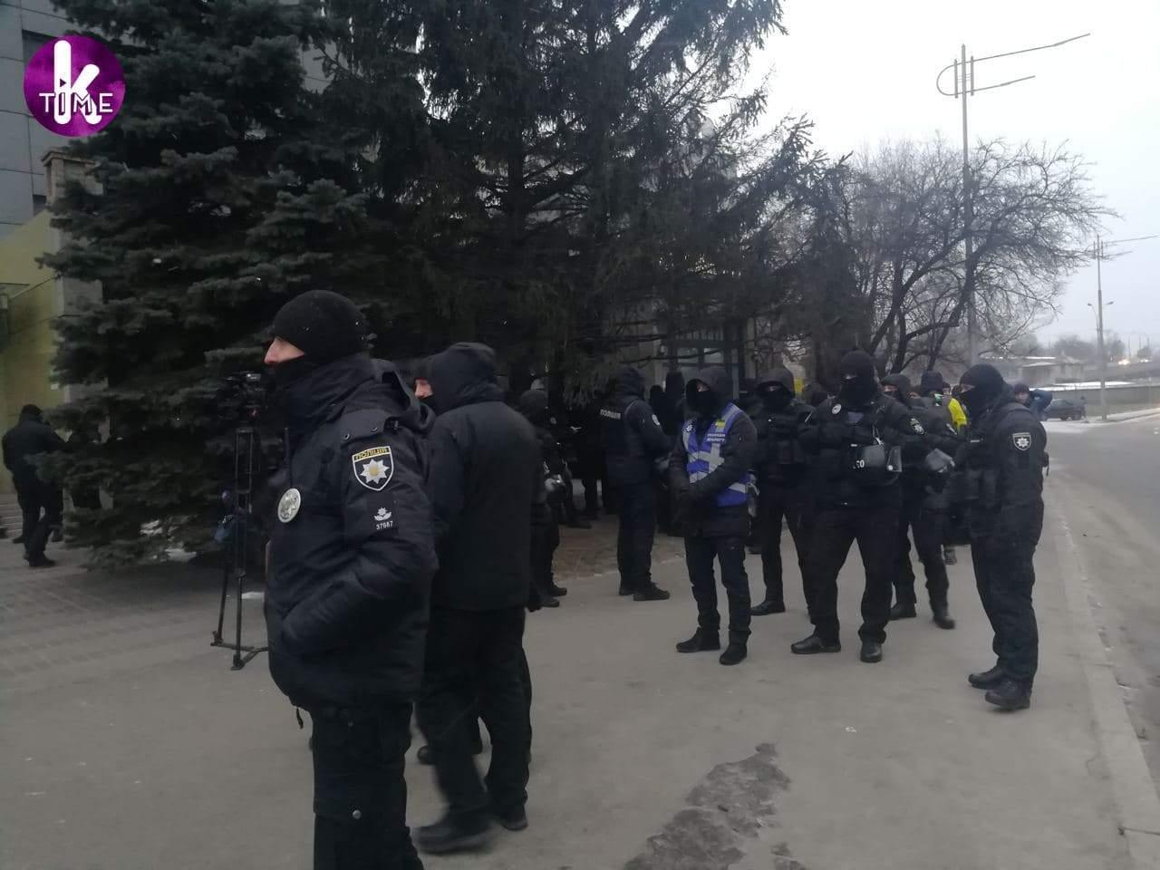 Радикалы устроили протесты под Интером и телеканалом