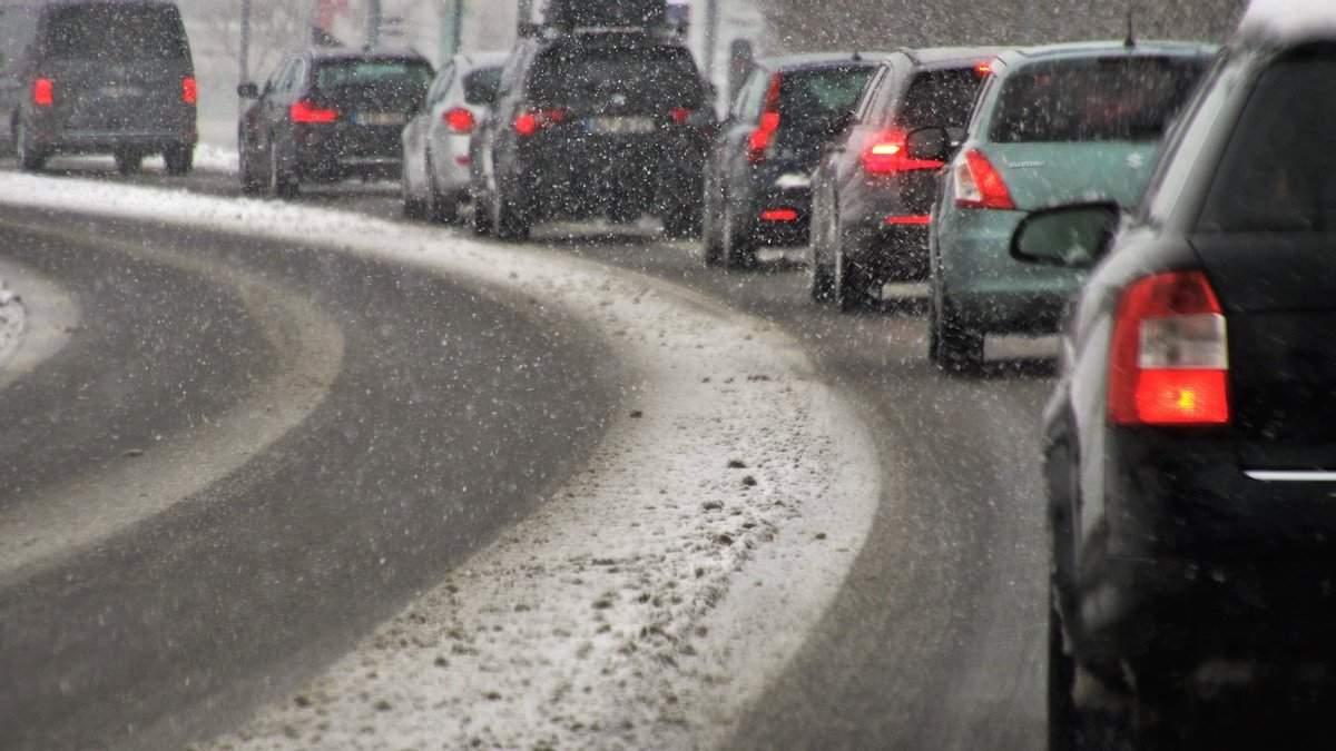 В столице из-за снегопадов образовались пробки на дорогах