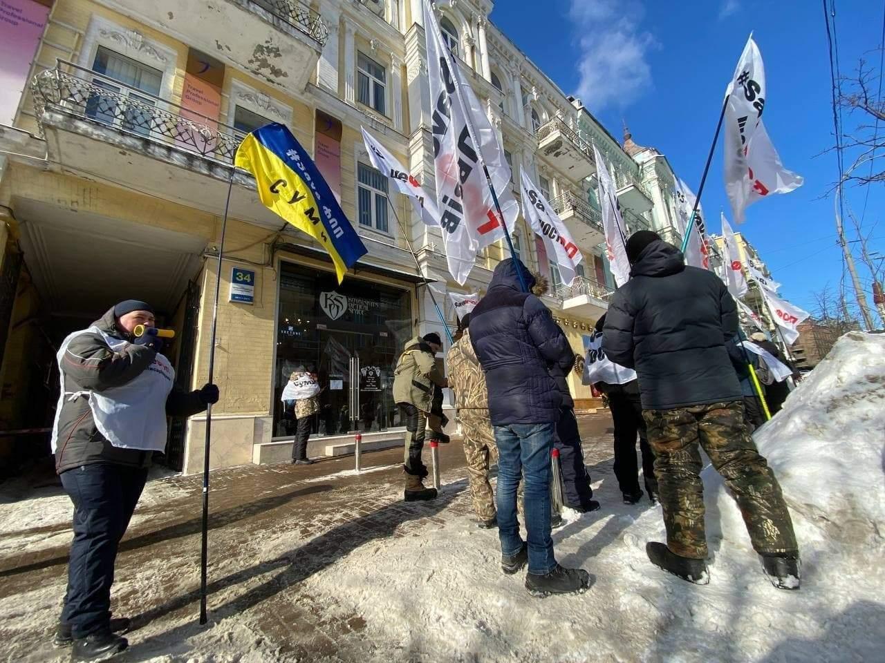 «Заберите сына из Верховной Рады»: ФОПы снова протестуют возле офиса мамы Гетманцева