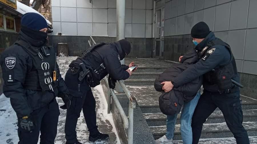 В Житомире на остановке неадекватный мужчина с ножом на людей (ВИДЕО)