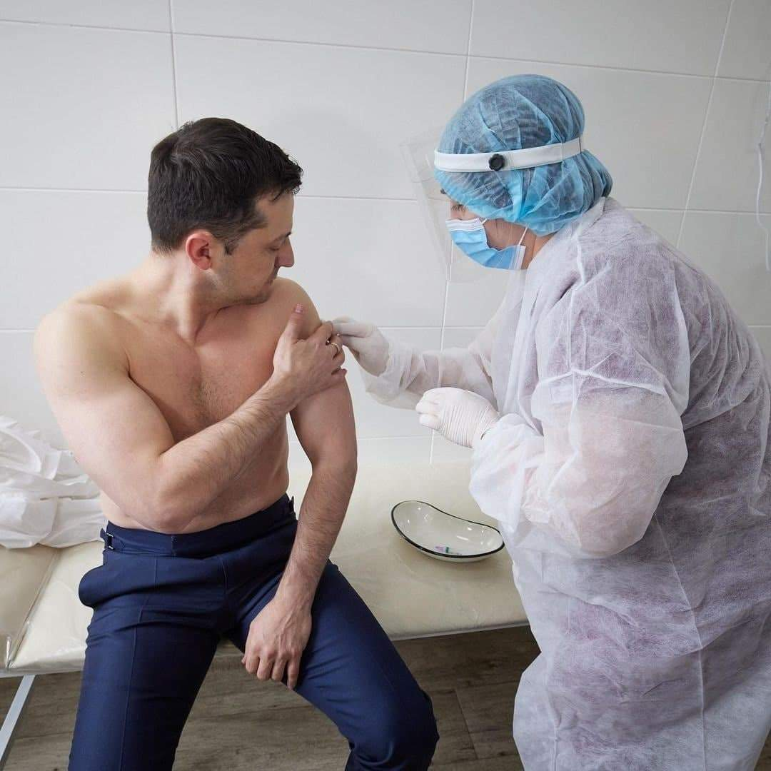 Зеленский привился вакциной Covidshield